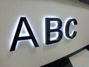 буквы из черного акрилового стекла с контражурным свечением