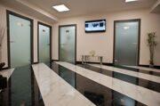 Оформление дверей в холлах клиники - таблички из нержавеющей стали